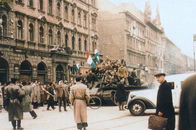 Praga, ottobre 1956, manifestanti per la strada