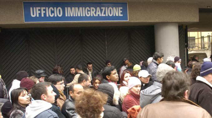 Cancellata la super tassa sui migranti: è contro il diritto europeo ...