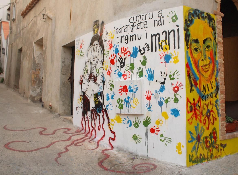 Murales a Riace, sotto il sindaco Domenico Lucano