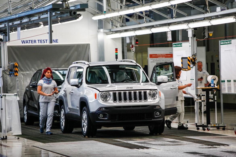 Due operai a Melfi preparano una Jeep