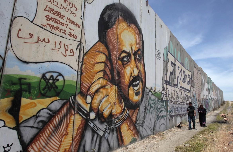 Un murales dedicato a Marwan Barghouti lungo il muro israeliano che divide Ramallah da Gerusalemme