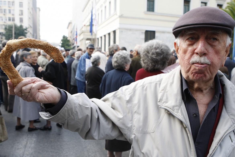 Una manifestazione di pensionati per le strade di Atene