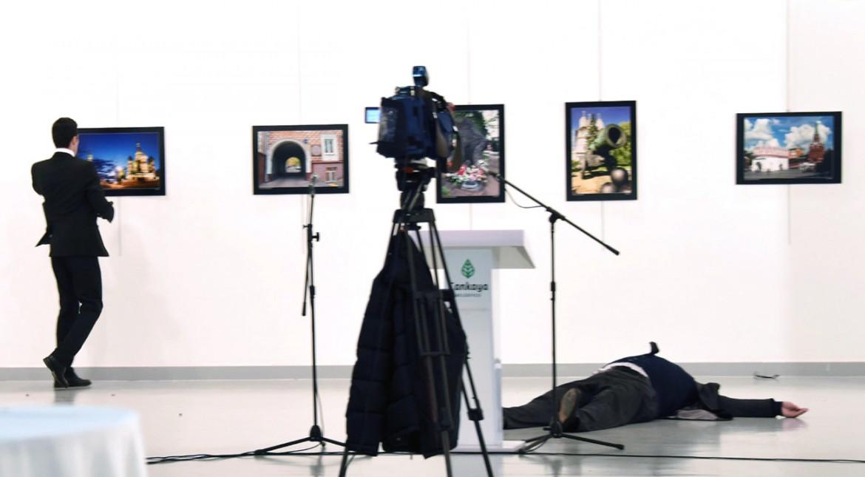 Il corpo dell'ambasciatore russo Karlov e, in piedi, l'attentatore