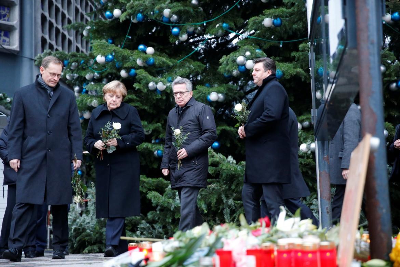 Il sindaco di Berlino Michael Mueller, la cancelliera Angela Merkel e il ministro dell'interno Thomas de Maiziere sul luogo dell'attentato
