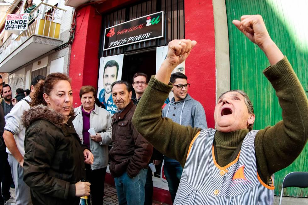 Un'abitante di Pino Puente festeggia davanti la sezione di Iu