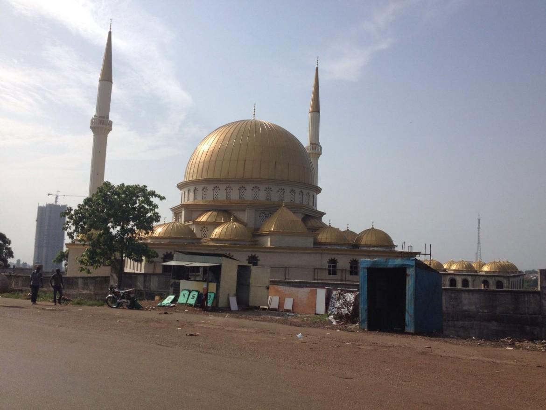 Una moschea in costruzione nei dintorni della capitale guineana Conakry