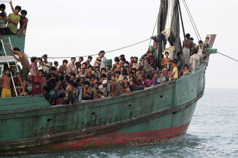 Rohingya su una barca diretta in Bangladesh