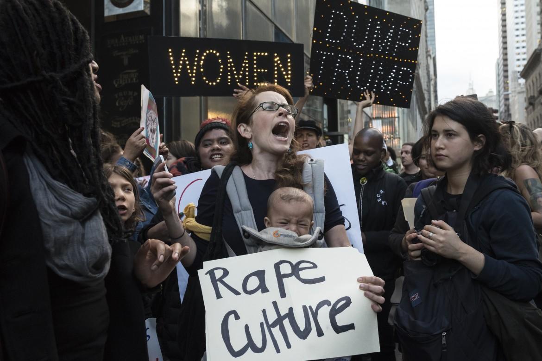 Manifestanti sotto la Trump Tower il giorno dopo la sconfitta di Hillary Clinton
