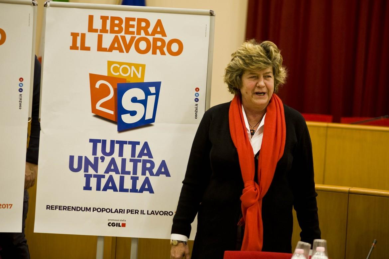 La segretaria generale della Cgil Susanna Camusso davanti alla locandina per i 2 Sì al referendum del 28 maggio