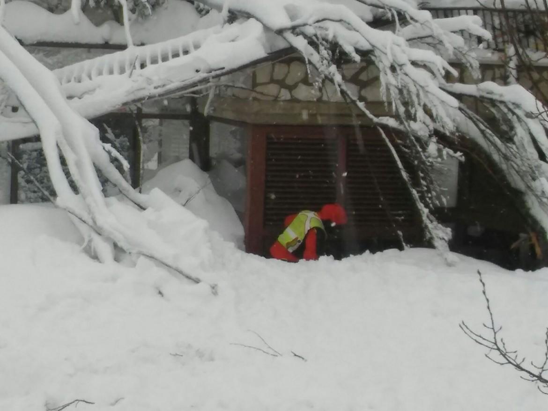 Il soccorso alpino tra le macerie dell'hotel Rigopiano in Abruzzo