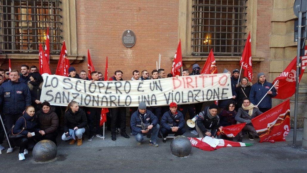 II presidio dei lavoratori del magazzino di Mondo Convenienza a Calderara di Reno (Bologna) davanti alla Prefettura