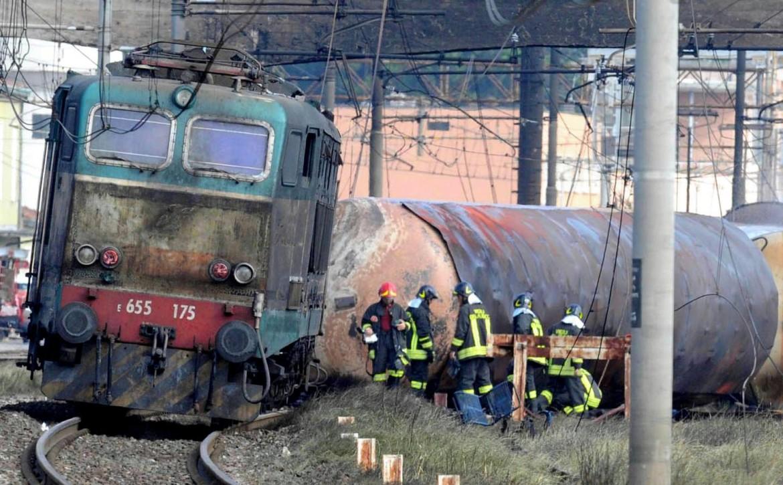 Il treno merci che il 29 giugno 2009 provocò la strage, in basso i giudici mentre leggono la sentenza