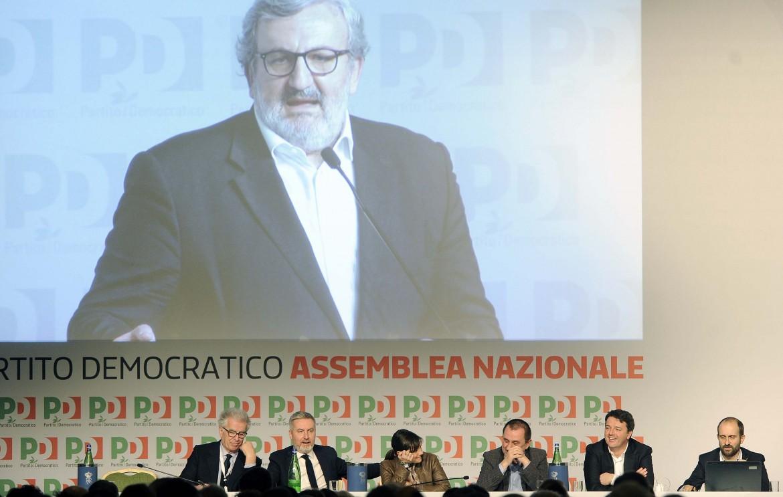 Michele Emiliano e il banco della presidenza all'ultima assemblea nazionale del Pd