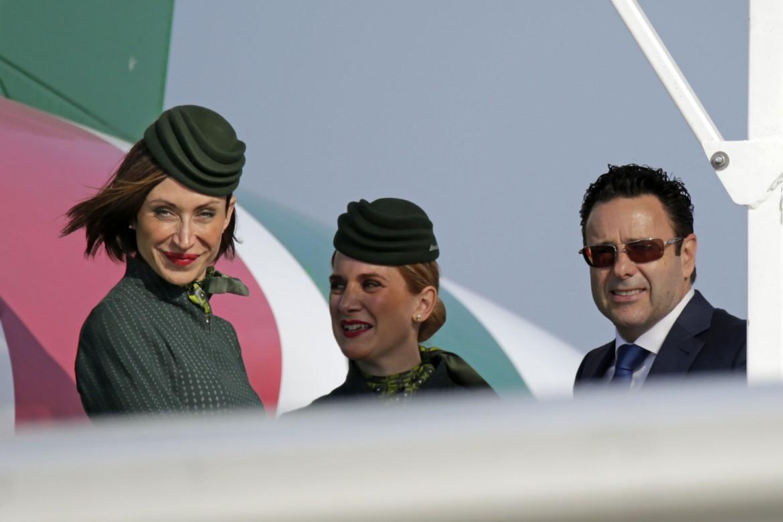 L'amministratore delegato di Alitalia, Cramer Ball, con due hostess della compagnia