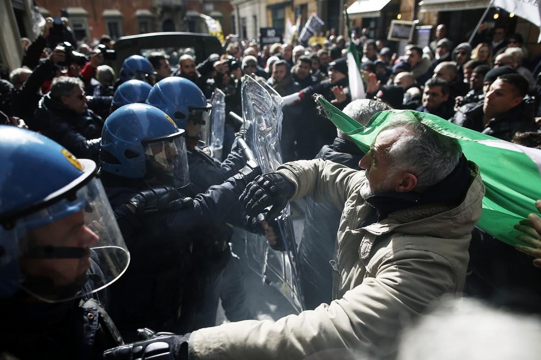 Roma, tensioni tassisti polizia