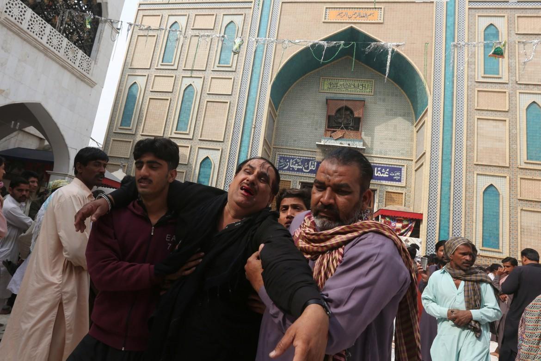 Dopo l'attentato al tempio sufi di Lal Shahbaz Qalander, a Sehwan, nel Sud del Paese