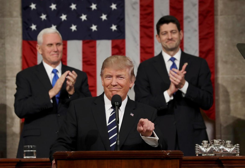 Il primo discorso di Trump alla camere riunite del Congresso. Sullo sfondo il vice Mike Pence e lo speaker della Camera Paul Ryan