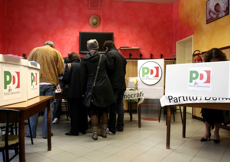 Primarie del Pd in un seggio a Piacenza