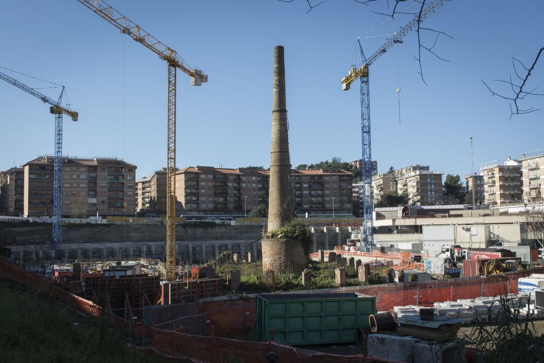 La fornace Veschi, l'ultima rimasta in piedi a valle dell'Inferno, assediata dalle gru