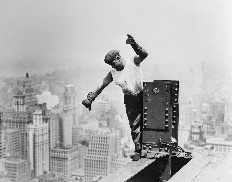 Un operaio durante la costruzione dell'Empire State Building, 1930