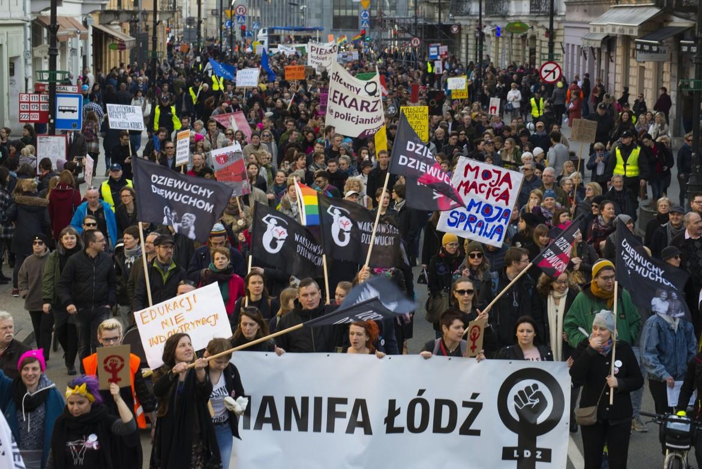Le donne polacche si prendono le piazze del Paese contro la legge sull'aborto, per i diritti