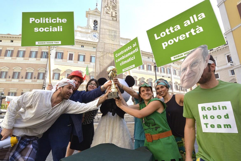 Un flash-mob contro la povertà e per le politiche sociali a Montecitorio