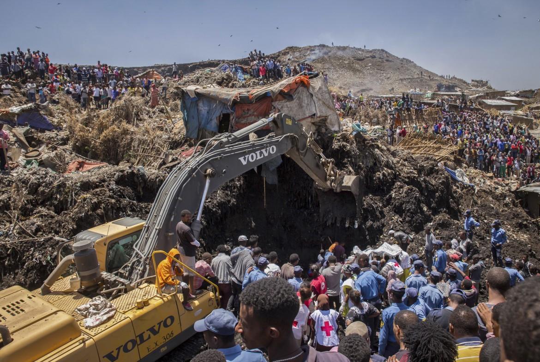 Ruspe e soccorritori in azione dopo la frana nella discarica di Koshe