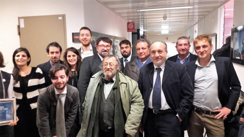 Il giornalista Riccardo Orioles insieme ad alcuni dei tantissimi colleghi che lo hanno sostenuto in questi mesi