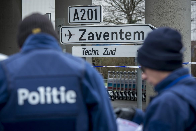 Controlli per la sicurezza attorno all'aeroporto di Bruxelles dopo gli attacchi terroristici. Sotto Fayçal Cheffou e il vero uomo con il cappello Mohamed Abrini