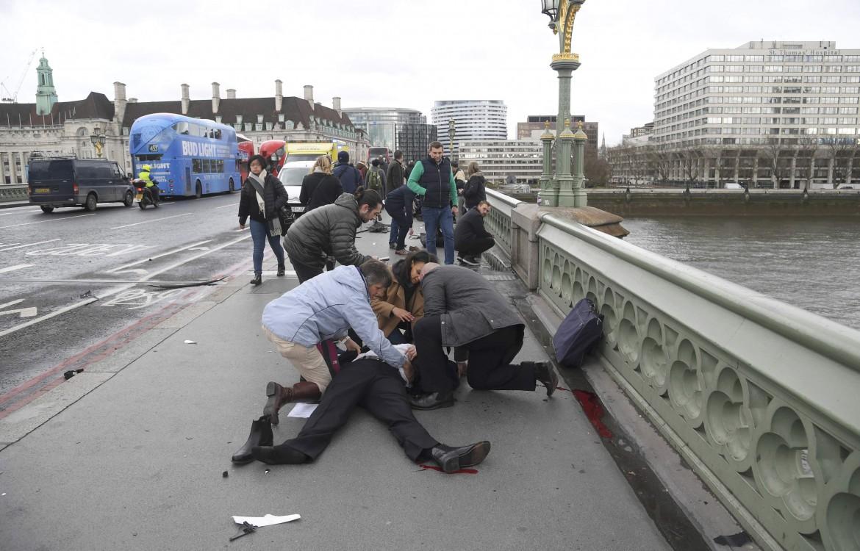 Soccorsi dopo l'attentato a Londra