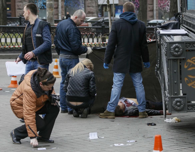 Il corpo dell'ex deputato russo Denis Voronenkov dopo gli spari che l'hanno ucciso a Kiev