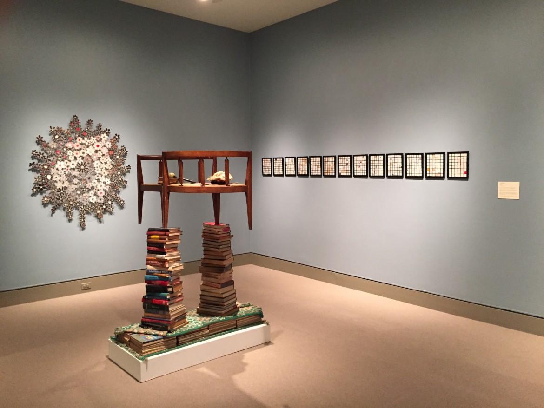 Un'installazione nella mostra «Between the Covers: Altered Books in Contemporary Art», a Scranton