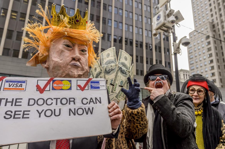 New York, teatro di strada contro la riforma della sanità di Trump