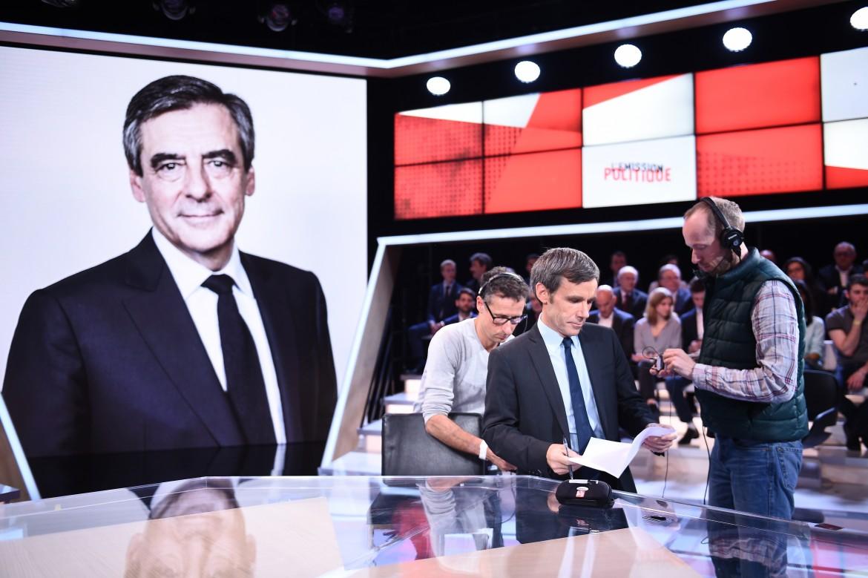 François Fillon ospite della trasmissione «Emission politique» di France2, sotto l'incontro a Mosca tra Marine Le Pen e Vladimir Putin