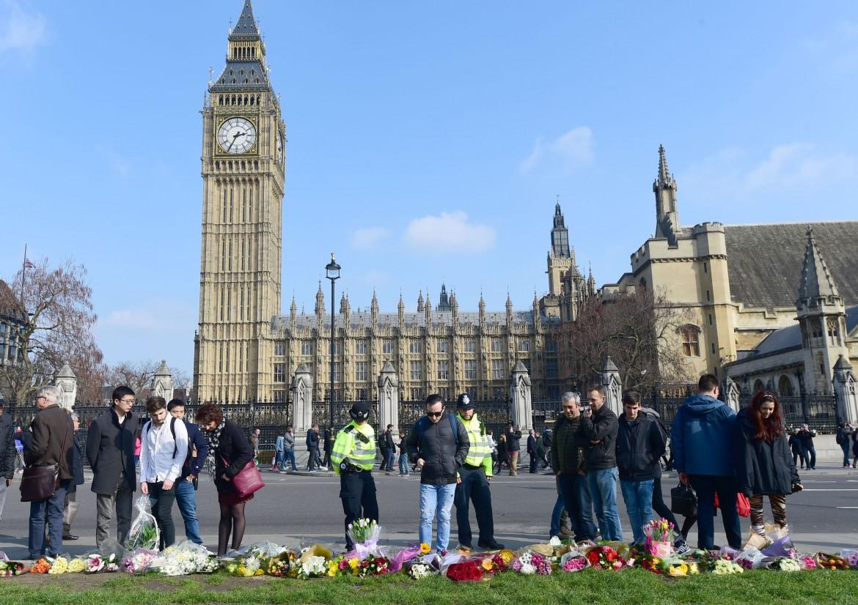 Londra, omaggio alle vittime dell'attacco terroristico a Westminster