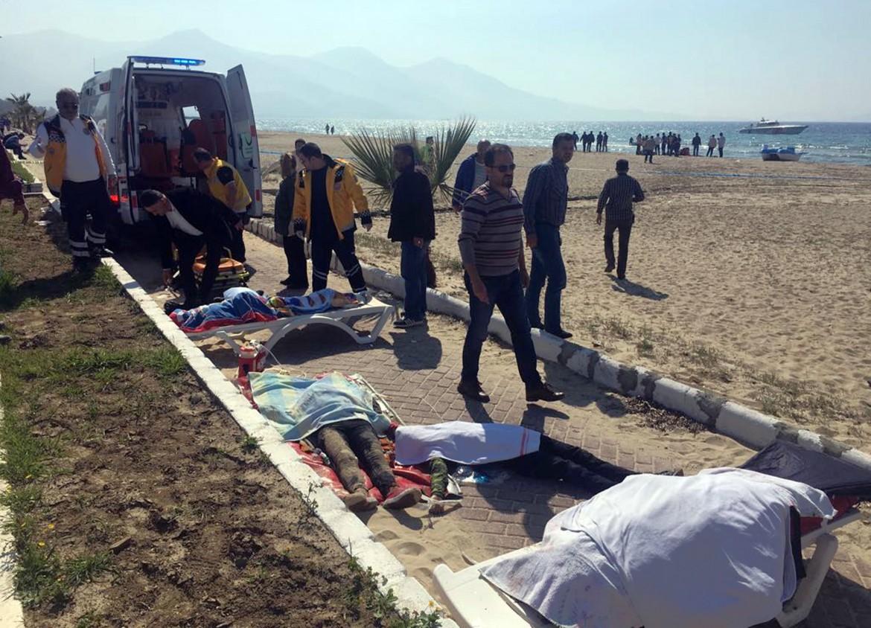Il recupero dei corpi delle vittime del naufragio a Kusadasi, Turchia