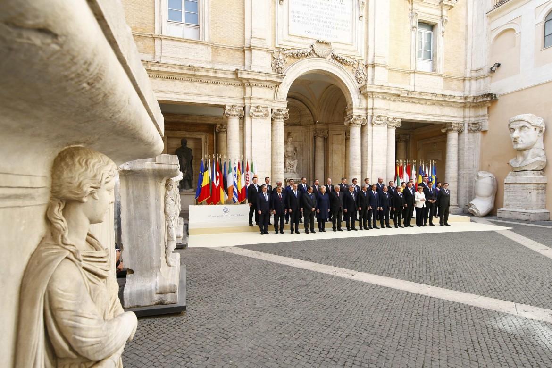 I leader europei in Campidoglio, sotto Donald Tusk e Antonio Tajani mostrano le firme dei trattati di Roma