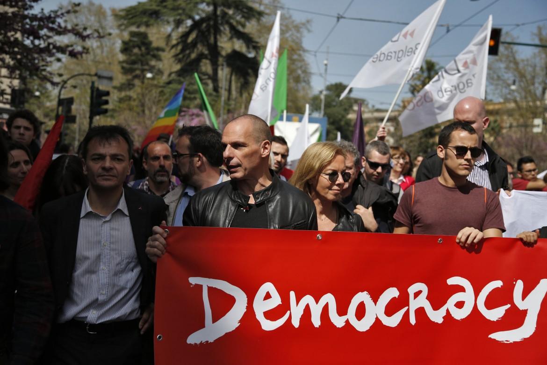 L'ex ministro delle Finanze greco Yanis Varoufakis in piazza ieri a Roma