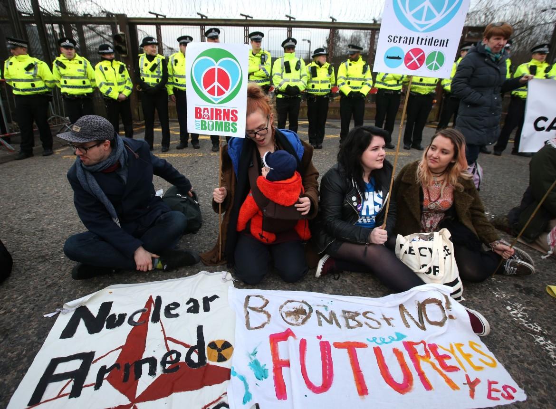 Protesta popolare contro l'installazione dei missili Trident in Gran Bretagna, davanti alla base militare HM Naval Bse Clyde