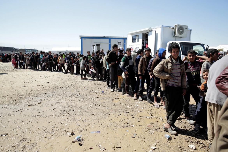 In coda per la distribuzione del cibo nel campo al-Alil