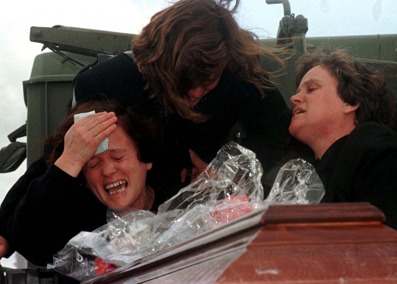 Valona (Albania), la disperazione delle famiglie delle vittime al rientro delle salme ritrovate, nel novembre 1997. Sotto, Brindisi, il recupero della Kater
