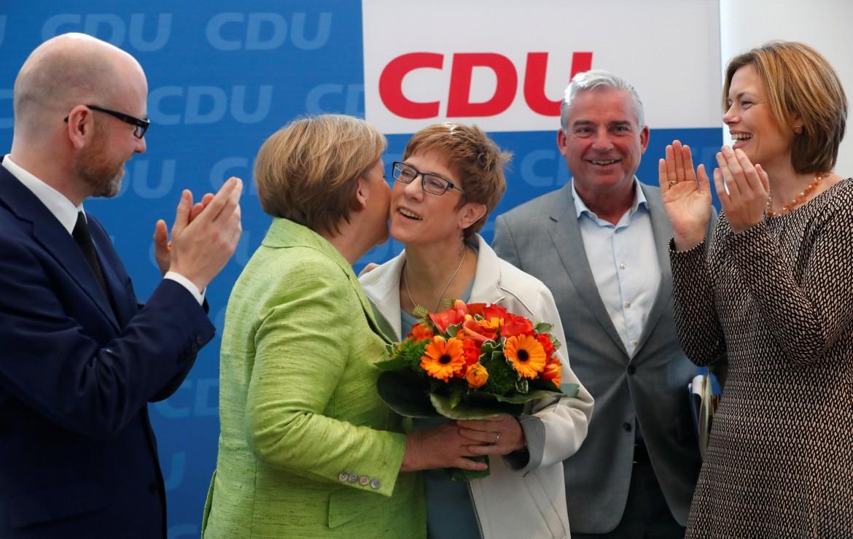 Angela Merkel si congratula con la governatrice del Saarland Annegret Kramp-Karrenbauer per la vittoria