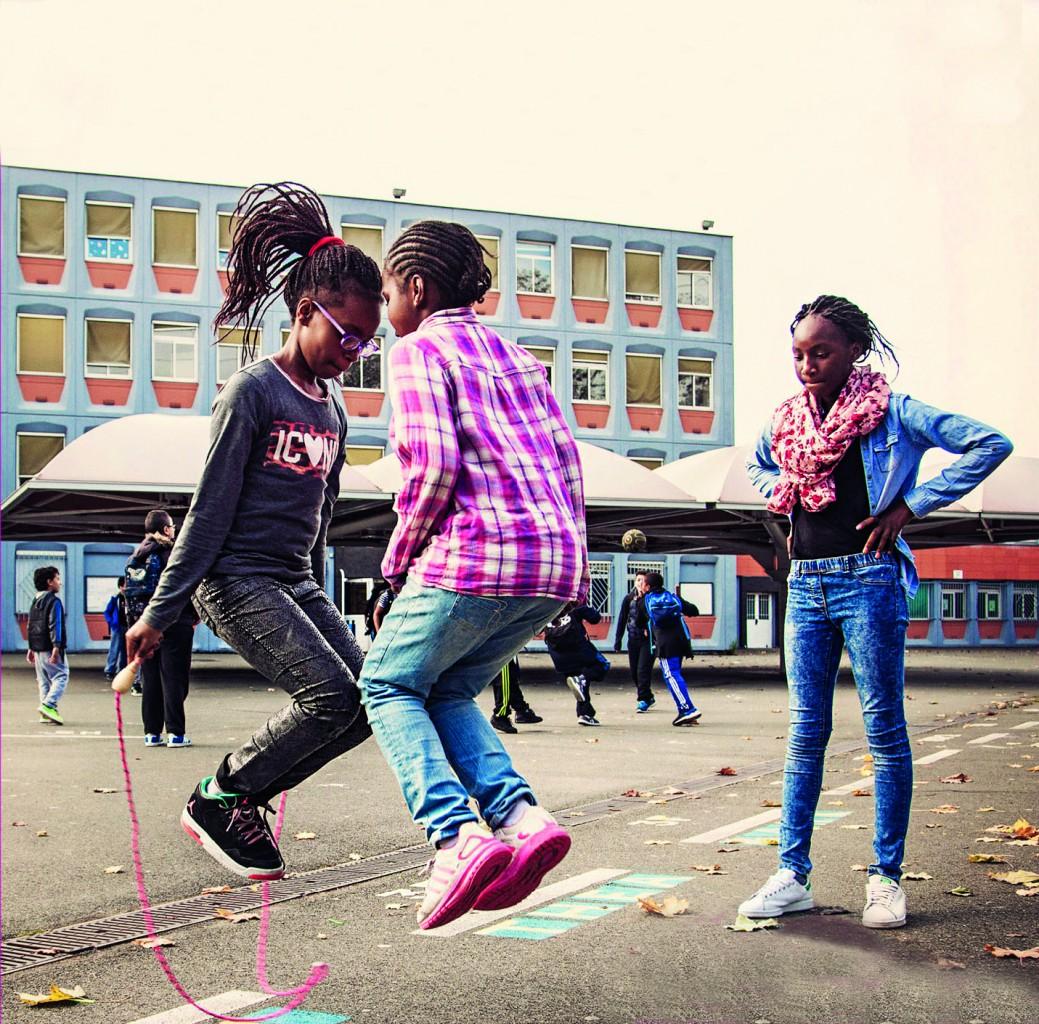 Un'immagine da «Swagger» il teen-movie di Olivier Babinet girato a Aulnay-sous-Bois, sotto la protesta del quartiere contro la polizia; una foto da «Due o tre cose che so di lei» girato da Jean-Luc Godard nel 1967 a La Courneuve e  la «bulle», il centro di accoglienza alla Gare du Nord