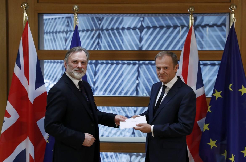 Tim Barrow consegna la lettera di Theresa May a Donald Tusk