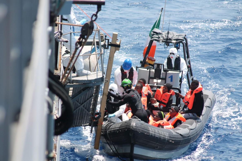 Migranti soccorsi in mare aperto