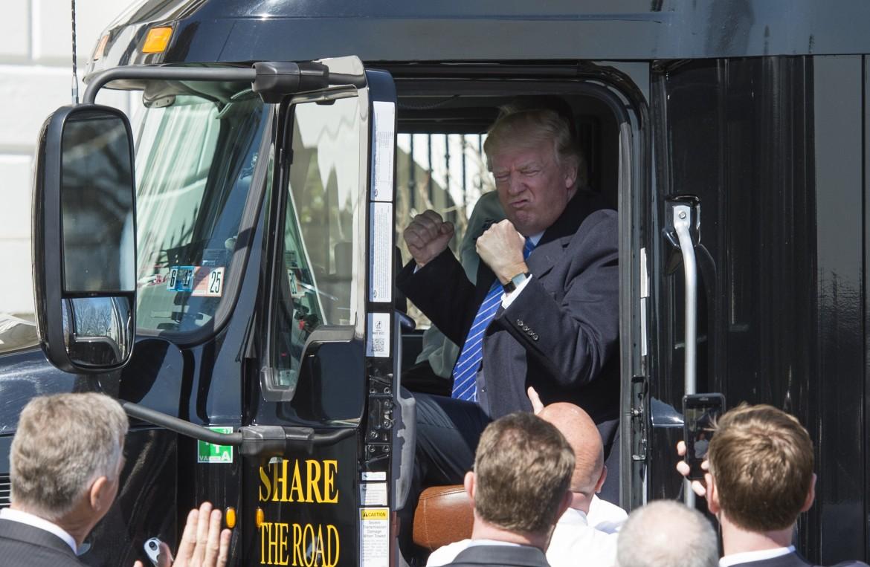 Trump durante un incontro con dei camionisti