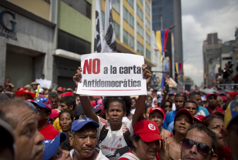 Caracas, in piazza contro il parlamento i sostenitori di Maduro