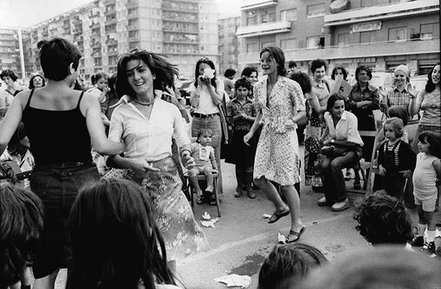 Tano D'Amico, donne della Magliana in festa sotto le case occupate