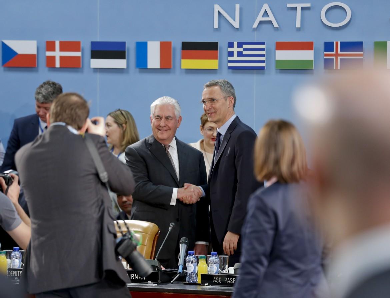 Il segretario di Stato Usa Rex Tillerson stringe la mano al segretario generale della Nato Jens Stoltenberg