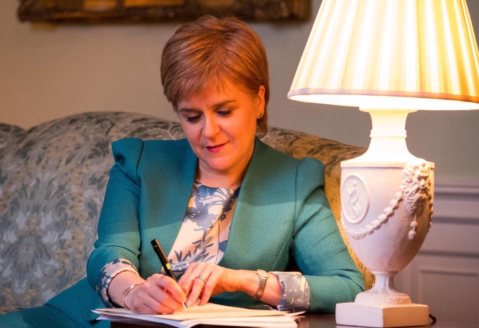 Nicola Sturgeon, nella Bute house (la residenza ufficiale del primo ministro scozzese, al numero 6 di Charlotte Square) firma la lettera indirizzata a Theresa May